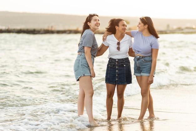 Drie vriendinnen samen op het strand Gratis Foto