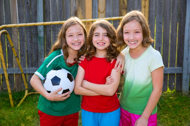 Drie zus meisjes vrienden voetbal voetballer spelers Premium Foto