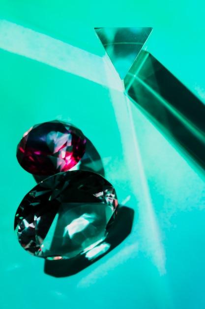 Driehoekige en ronde vorm diamanten op turkooizen achtergrond Gratis Foto