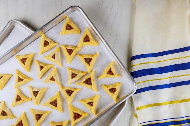Driehoekkoekjes op ovenschaal met tallit. Premium Foto