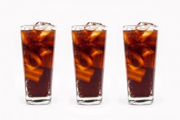 Drink kola met ijs in glas op witte achtergrond Premium Foto