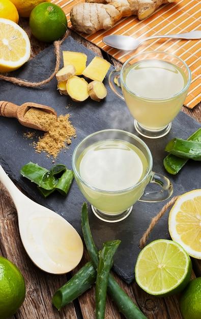 Drink met aloë vera en citroenen Premium Foto