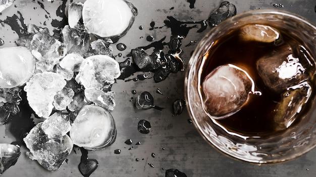 Drink met ijsblokjes en afgebroken ijs Gratis Foto