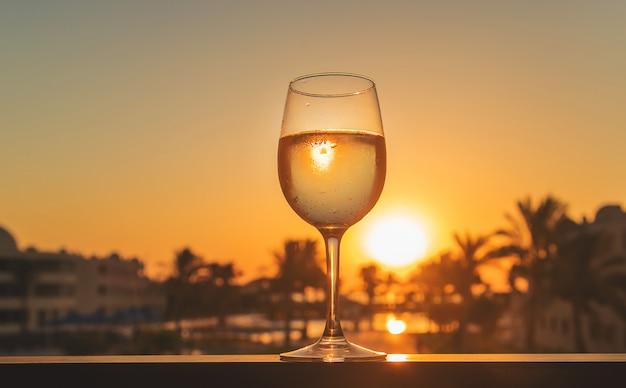 Drink wijn bij de zee Premium Foto