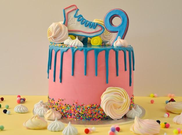 Drip pink verjaardagstaart voor 9-jarig jubileum Premium Foto