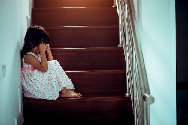 Droevig kind van deze vader en moeder die, familie negatief concept debatteren uitstekende kleur Premium Foto