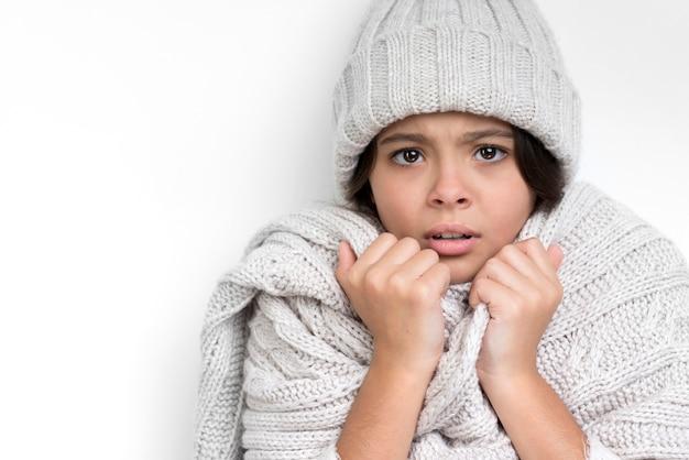 Droevig meisje met dikke hoed en grijze sjaal Gratis Foto