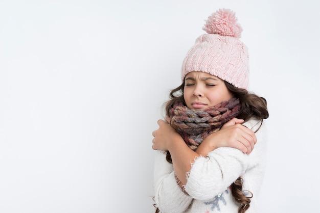 Droevig meisje met gekruiste handen op borst Gratis Foto
