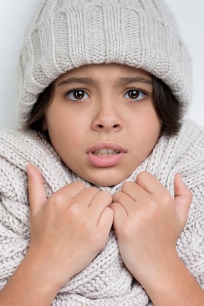 Droevig meisje met handen op de dikke sjaal Gratis Foto