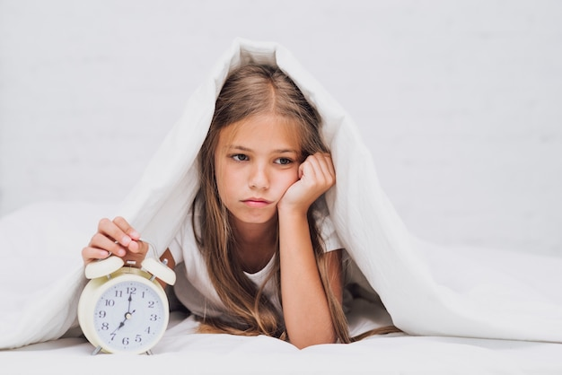 Droevig meisje niet klaar om wakker te worden Gratis Foto
