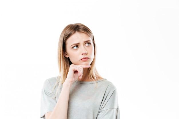 Droevige denkende jonge vrouw geïsoleerde status Gratis Foto