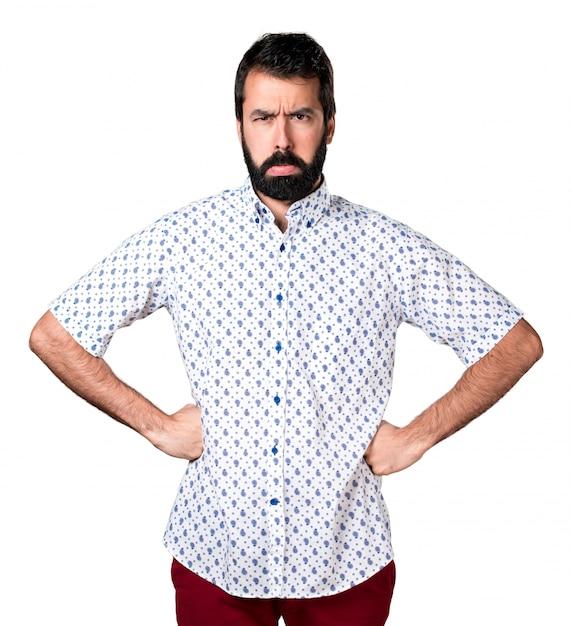Droevige knappe brunette man met baard Gratis Foto