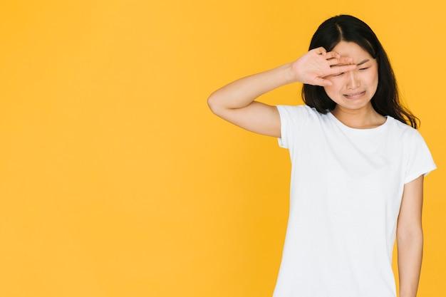 Droevige vrouw die met exemplaarruimte huilt Gratis Foto