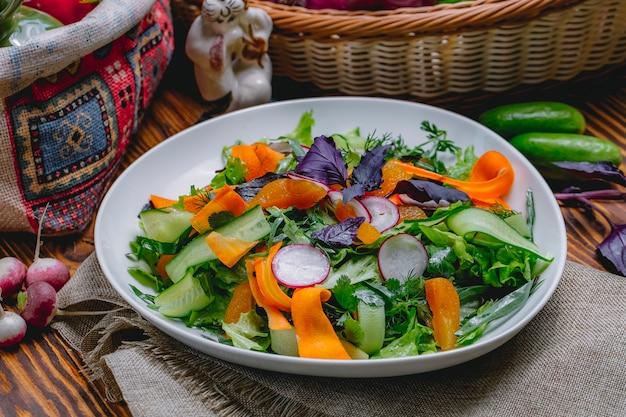 Droge abrikozensalade met van de de radijsla van de wortelradijs de peterselie zijaanzicht van de basilicumdille Gratis Foto
