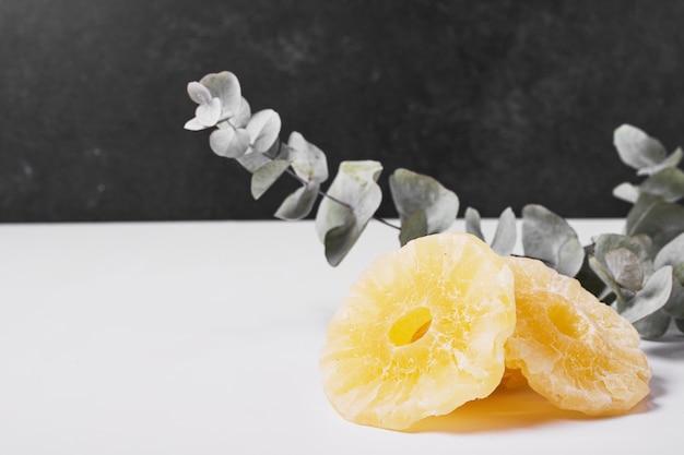 Droge ananasplakken op wit. Gratis Foto
