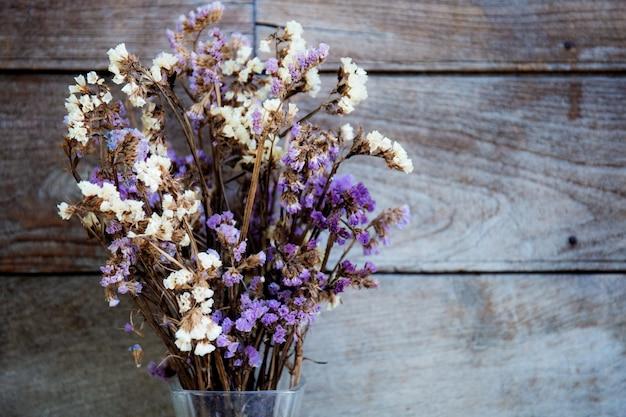 Droge bloem met houten achtergrond. Premium Foto