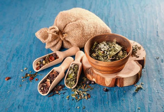 Droge kruiden voor het maken van thee Premium Foto
