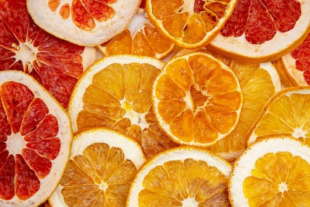 Droge oranje grapefruit en citroenplakkenachtergrond Premium Foto