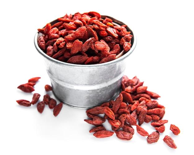 Droge rode gojibessen voor een gezond dieet op een witte ondergrond Premium Foto