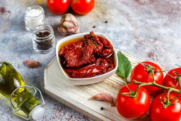 Droge tomaten met olijfolie. Gratis Foto