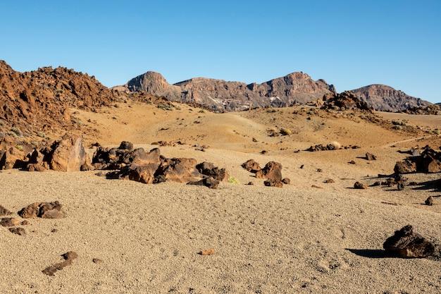 Droge woestijnverlichting met heldere hemel Gratis Foto