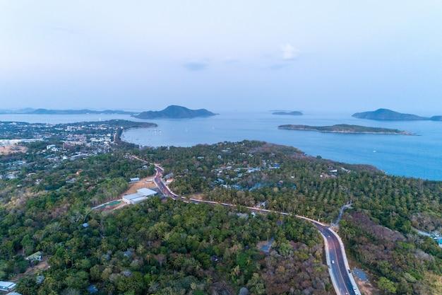 Drone camera weergave van phuket eiland in avondtijd. Premium Foto