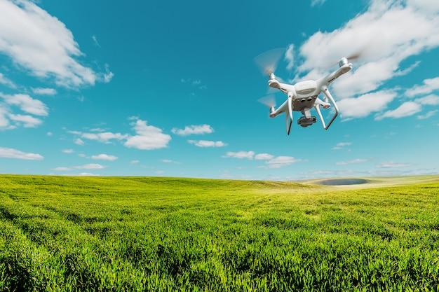 Drone quad copter op zoete maïsveld Premium Foto