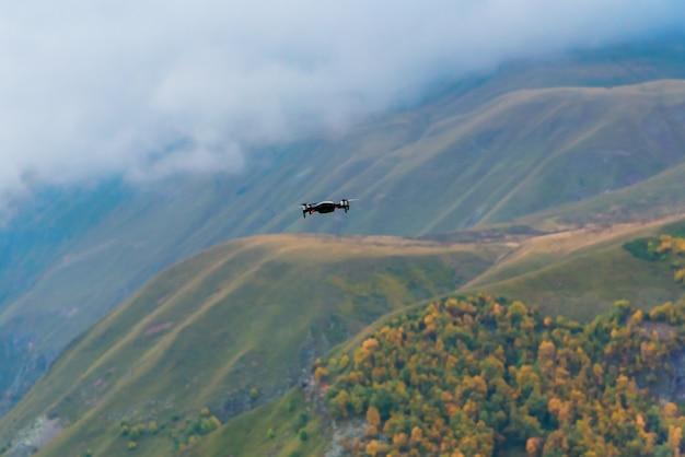 Drone schiet het herfst berglandschap in de bergen van gudauri, georgia. Premium Foto