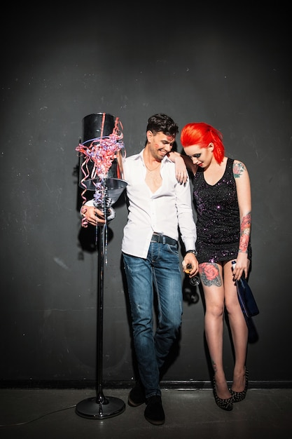 Dronken man en vrouw scheve muur afterparty Premium Foto