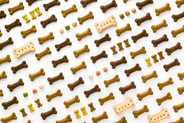 Droog dierlijk voedsel voor huisdieren dat op witte achtergrond wordt geïsoleerd Premium Foto