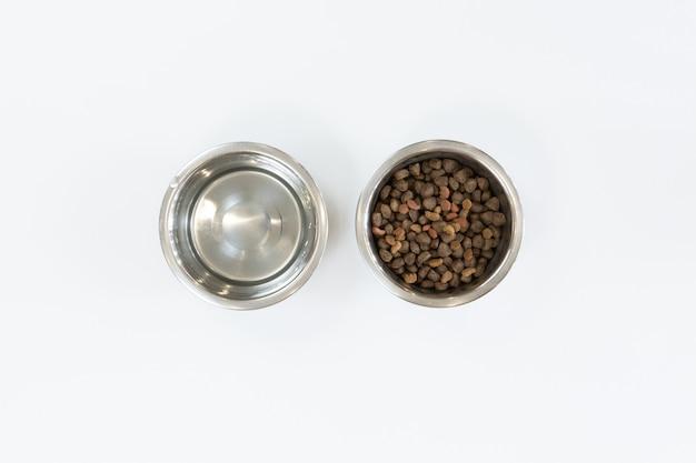 Droog hondenvoer in metalen kom, bovenaanzicht en plat leggen Premium Foto