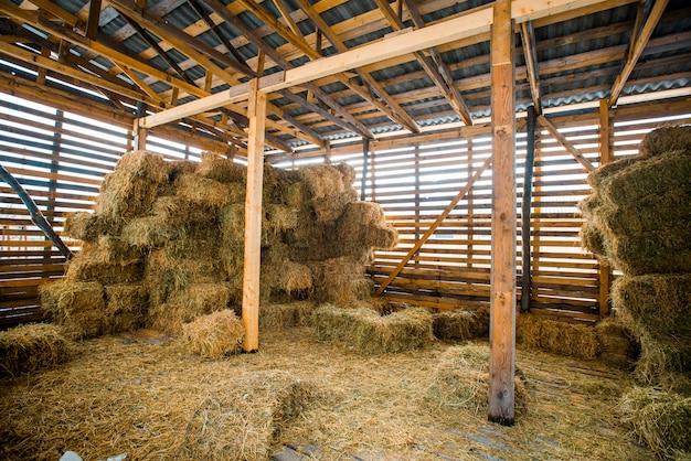 Droog hooi stapels in landelijke houten schuur interieur Premium Foto