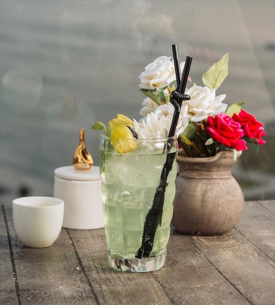 Druivenwater gegarneerd met stukjes druiven, ijs en bloem Gratis Foto