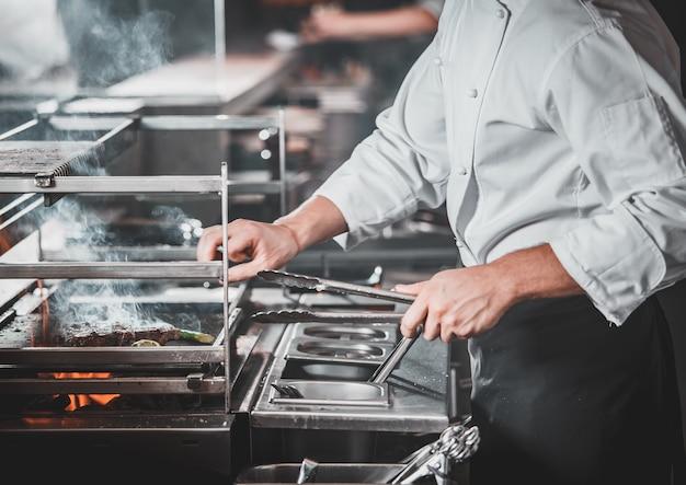 Drukke chef-kok aan het werk in de keuken van het restaurant Premium Foto