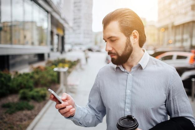Drukke man heeft haast, hij heeft geen tijd, hij gaat onderweg telefoneren. zakenman die meerdere taken doet. multitasking bedrijfspersoon. Premium Foto