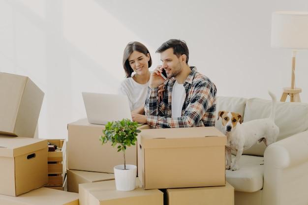Drukke mannelijke huiseigenaar belt in bezorgservice via smartphone Premium Foto