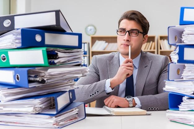 Drukke zakenman onder stress als gevolg van overmatig werk Premium Foto