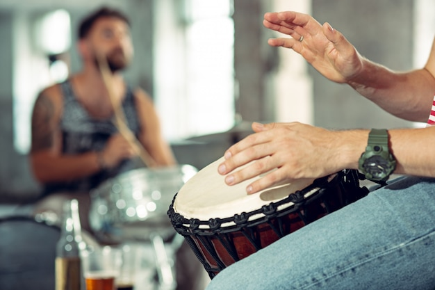 Drummer achter het drumstel Gratis Foto