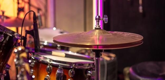 Drums, bekkens, hi hat on beautiful in de opnamestudio. Gratis Foto
