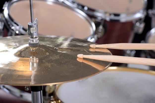 Drumstel en sticks zitten op de schijf. Premium Foto