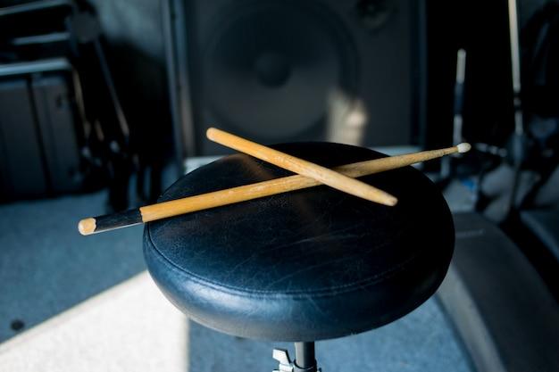 Drumstick op stoel muziek achtergrond Premium Foto