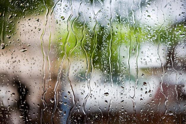 Druppels regen op vensterglas Premium Foto