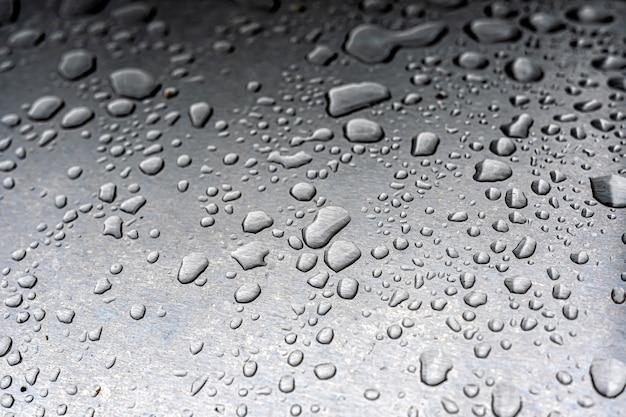 Druppels water in een metalen oppervlak Premium Foto