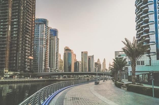 Dubai. de waterkant van dubai marina in de vroege ochtend. Premium Foto