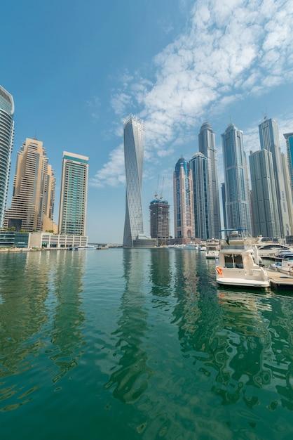 Dubai marina district op 9 augustus in de vae. dubai ontwikkelt zich snel in de stad Premium Foto