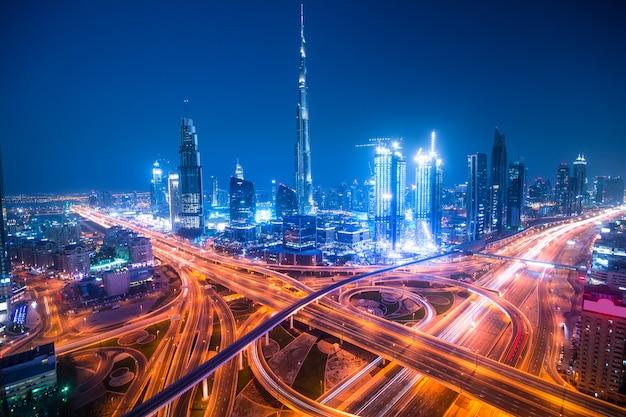 Dubai nacht skyline van de stad Premium Foto