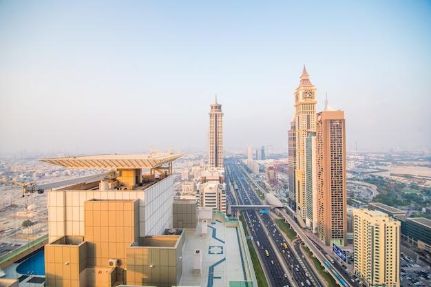 Dubai skyline in zonsondergang tijd, verenigde arabische emiraten Gratis Foto