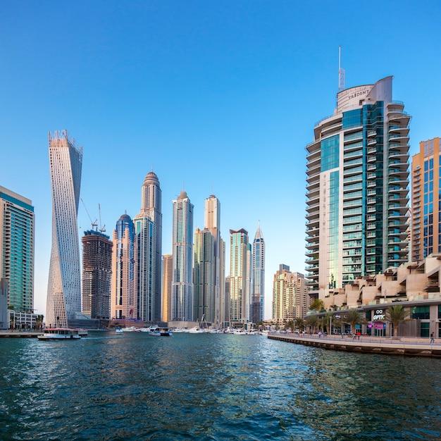 Dubai, verenigde arabische emiraten - 27 november: moderne gebouwen in dubai marina, dubai, verenigde arabische emiraten. in de stad met een kunstmatige kanaallengte van 3 kilometer langs de perzische golf, genomen op 27 november 2014 in dubai. Premium Foto