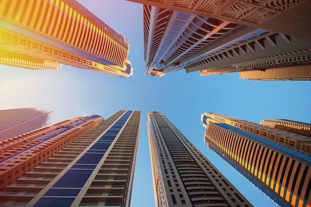 Dubai, verenigde arabische emiraten - 30 november 2013: wolkenkrabbers op een achtergrond van de hemel in dubai marina Premium Foto