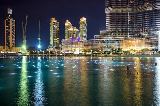 Dubai, verenigde arabische emiraten de beroemde fontein in het meer bij de burj khalifa vóór de uitvoering Premium Foto